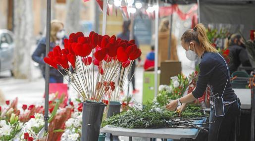 Auf der Rambla in Palma verzeichneten die Stände der Händler eine erhöhte Aktivität bei der Bestellung und dem Kauf von Blumensträußen.