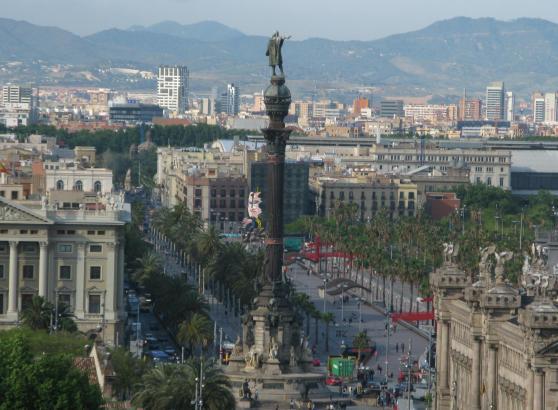 Das Archivfoto zeigt die Kolumbus-Säule samt einer Stadtansicht von Barcelona, der katalanischen Metropole.