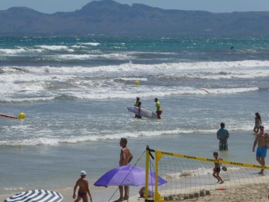 In der kommenden Saison sollen Elektro-Surfboards einen neuen Trend setzen.