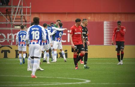 Frustration bei den Roten von Real Mallorca – die Kicker von Espanyol Barcelona bejubeln dagegen ihren Sieg.