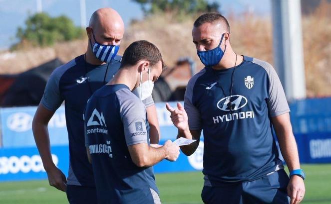 Atlético-Baleares-Trainer Jordi Roger (r.) im Gespräch mit seinen Assistenten.