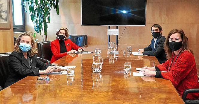 Balearen-Präsidentin Francina Armengol (rechts) im Gespräch in Madrid.