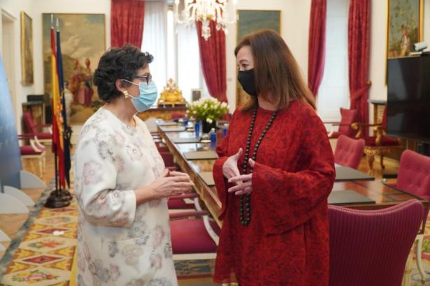 Francina Armengol (rechts) im Gespräch mit Außenministerin Arancha González Laya.