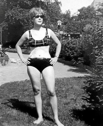 """Hildegard Knauft, hier im Bikini, wird von ihrer Tochter als """"lebenslustig und lebensfroh"""" beschrieben. Dennoch weiß Birgit Schad nur wenig über die Vergangenheit ihrer Mutter. Rätselhaft ist auch das Foto """"Juan und ich"""", das wohl im Süden entstand."""