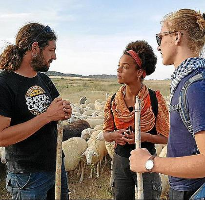 Mira und Matti im Gespräch mit dem Wanderschäfer Andoni.