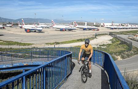 Allein auf weiter Flur: Jan Eric Schwarzer auf dem Weg zur Playa de Palma. Im Hintergrund sind Maschinen der British Airways zu sehen. Die Airline hat einen Teil ihrer Flotte seit einigen Wochen auf dem Flughafen von Palma coronabedingt zwischengeparkt.