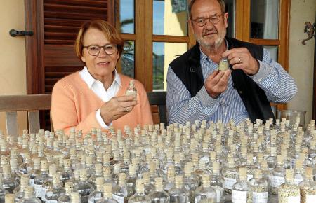 Ernst-Walter Katthagen und seine Frau Ulla vor ihrer Sandsammlung in ihrem Heim auf Mallorca.