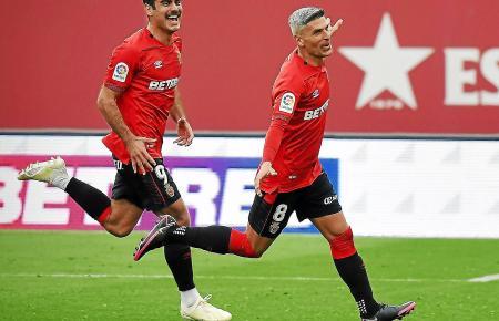 Freude bei den Spielern von Real Mallorca: Die Inselkicker gewinnen in Palma 2:0 gegen Almería.
