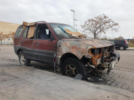 Blick auf das verbrannte Fahrzeug.