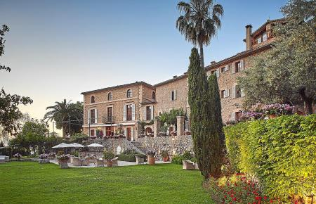 Das Hotel La Residencia befindet sich in unter anderem in zwei ehemaligen Bauernhäusern, verfügt über 71 Zimmer und Suiten und zieht seit über 30 Jahren Kunstliebhaber, Bohème und Prominente an.