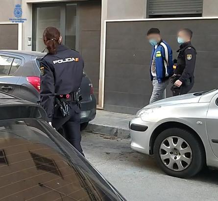 Einer der Kriminellen wird abgeführt.