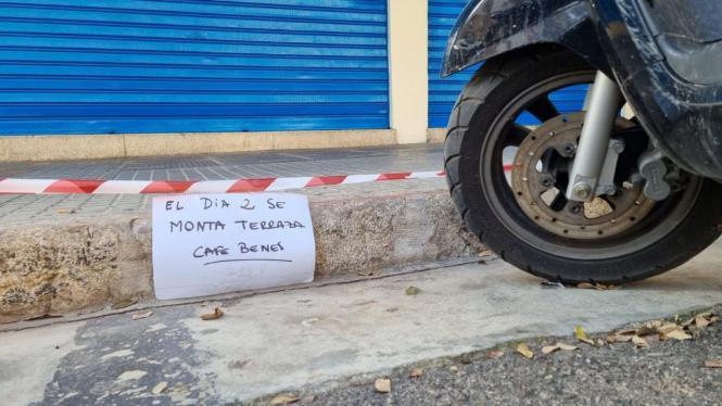 Barbesitzer informieren parkende Anwohner mit selbstgeschriebenen Schildern.