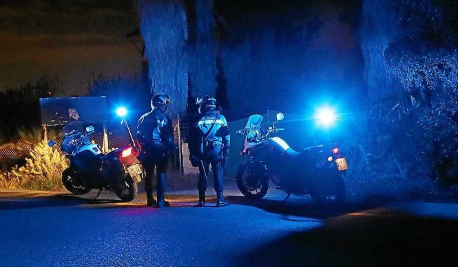Nächtliche Straßensperre der Polizei.