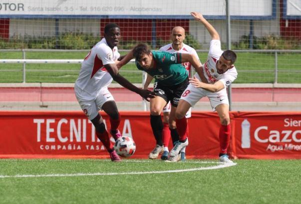In dieser Szene bekommt es Atlético-Stürmer Martínez gleich mit drei Sanse-Spielern zu tun.