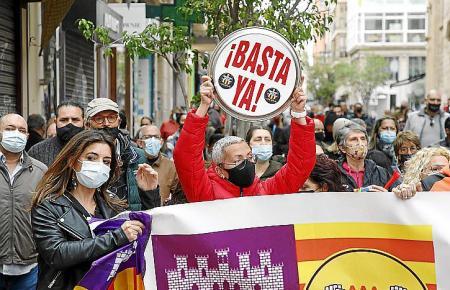 """""""Basta ya"""": """"Es reicht"""" steht auf einem Schild während den Protesten in Palma."""