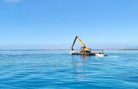 Der Bagger befindet sich in den Gewässern zwischen Sa Ràpita und Ses Covetes.