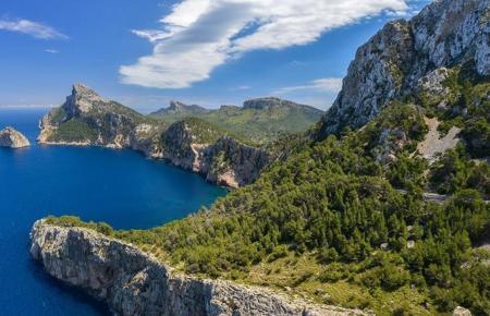 Serra de Tramuntana auf Mallorca: Reisende aus dem In- und Ausland müssen weiter einen negativen PCR-Test mitbringen, wenn sie auf die Balearen kommen.