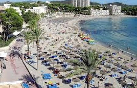 Blick auf den Strand von Peguera.