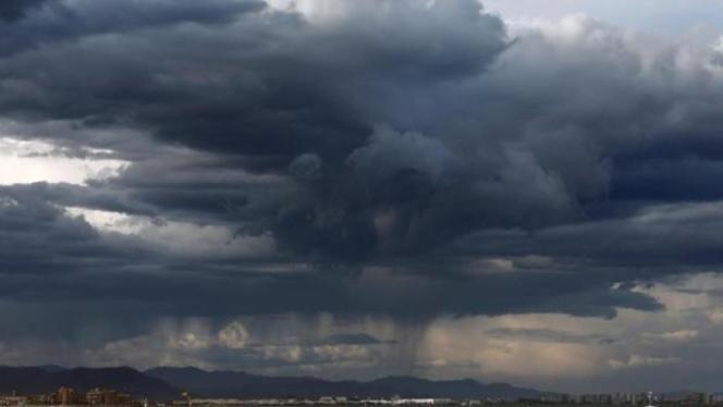 Dunkle Wolken nähern sich der Insel.