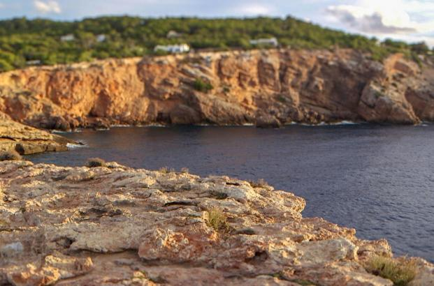 Die kleine, felsige Baleareninsel Ibiza erfreut sich einer idealen Lage im Mittelmeer. Mit der Entstehung der Hippiebewegung in den 60er Jahren wurde die Insel zum Inbegriff eines neuen, freien Lebensstils im Einklang mit der Natur.