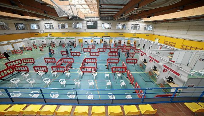 Im Sportzentrum Germans Escales in Palma ist alles für die Impfoffensive bereit.