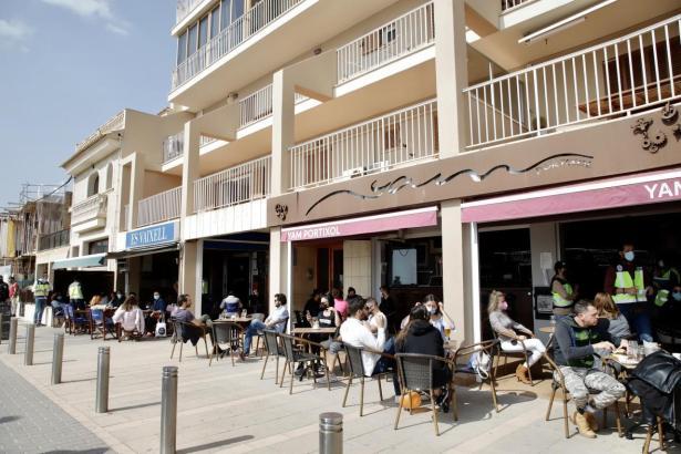 Zurzeit dürfen gastronomische Betriebe ihre Gäste nur auf den Terrassen bedienen. Die Innenräume bleiben geschlossen.