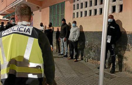 Die Polizisten im Einsatz in Son Gotleu.