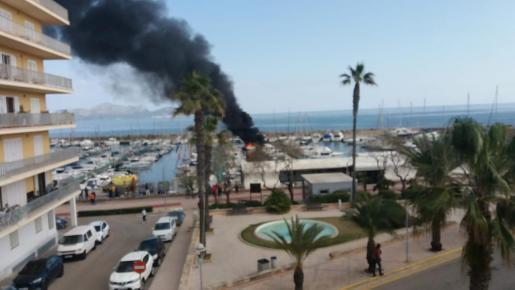 Blick auf das Feuer im Hafen von Can Picafort.