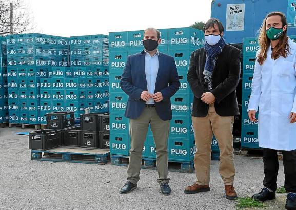 Der Umweltminister der Balearen, Miquel Mir (links) und der für Abfall zuständige Direktor Sebastió Sansó (Mitte) besuchen eine Abfüllanlage für Getränke. Sie setzen sich dafür ein, dass Plastikmüll vermieden wird.