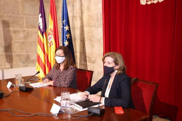 Francina Armengol und Ana de la Cueva Fernández.