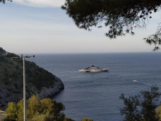 Majestätisch liegt das Edelschiff vor Mallorca.