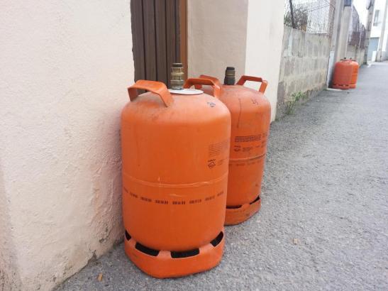 Die Butangasflaschen auf der Insel werden immer teurer.