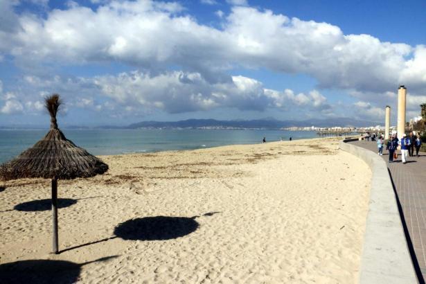 Blick auf die noch leere Playa de Palma.