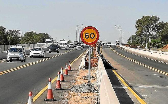 Die Autobahn zwischen Llucmajor und Campos sieht weitgehend fertig aus. Der Verkehr wird bei Tempo 60 über bereits fertige Abschnitte geleitet.
