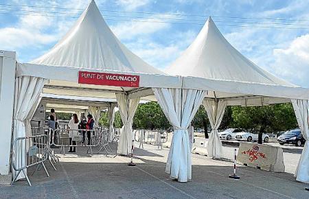 Aus Containern und Zelten wurde dieses Impfzentrum am ehemaligen Krankenhaus Son Dureta in Palma gebaut.