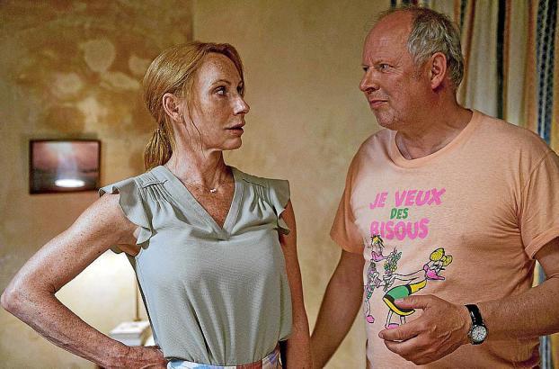 Gundula (Andrea Sawatzki) und Gerald (Axel Milberg) wollen sich eigentlich auf Mallorca erholen, streiten aber ständig.