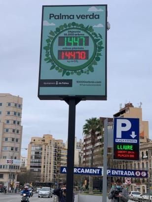 Der Baumzähler wurde auf der Plaça d'Espanya installiert.