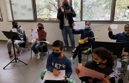 "Spendeninitiator Herbert Plum mit Kindern des Projekts ""Sons de Barri"" in Son Gotleu."