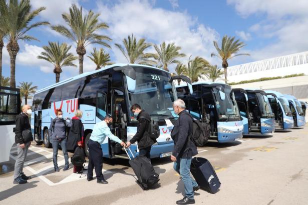 Die Gäste besteigen die Busse.