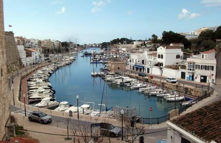 Sehenswert: Viele Mallorquiner werden in den kommenden Wochen diesen Blick auf den Hafen von Ciutadella auf Menorca genießen.