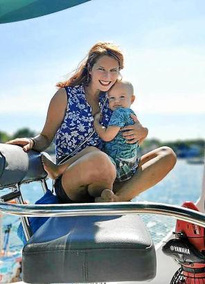 Wenn Jonathan nicht dem Papa beim Kurshalten hilft, kuschelt er bevorzugt mit Mama Melanie am Steuerstand.