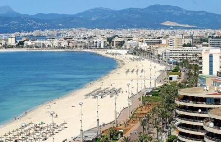 Das Archivfoto zeigt die Playa de Palma samt bereits aufgestellten Strandliegen.