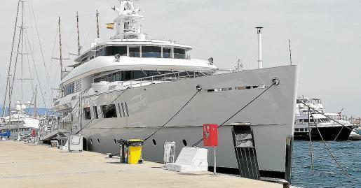 """Superyacht """"Nautilus"""" im Hafen von Palma."""