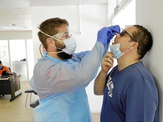 Einem Patienten wird ein PCR-Test gemacht.