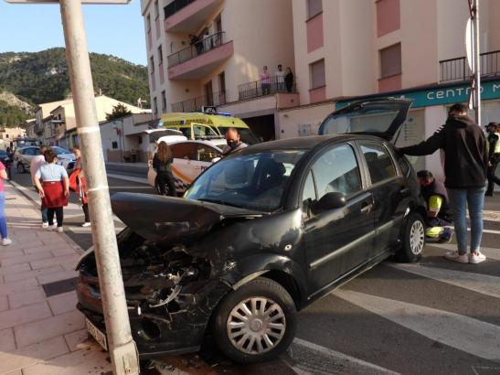 Eines der Fahrzeuge fuhr frontal gegen eine Laterne.