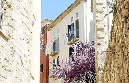Auf einen Hügel im Viertel führt eine fast malerisch aussehende Treppe.