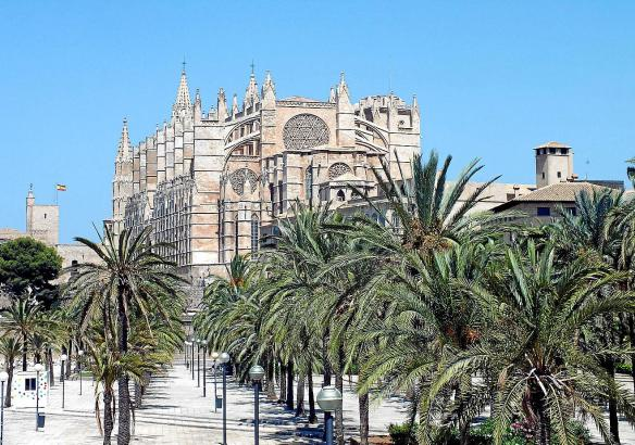 Vom weißen Marmortempel des Herrenhauses Son Marroig blickt man über die Nordwestküste Mallorcas.