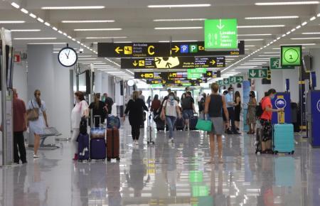 Passagiere im Flughafen von Mallorca.