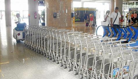Gepäckwagen im Flughafen von Mallorca.