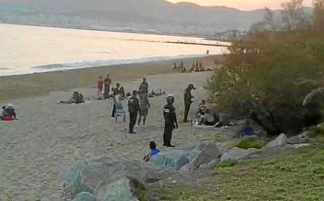 Beamte während ihres Einsatzes auf dem Strand.